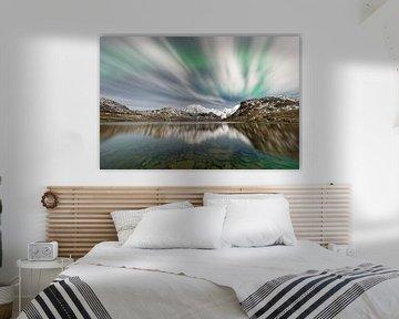Aurora borealis boven een bergketen van Ralf Lehmann