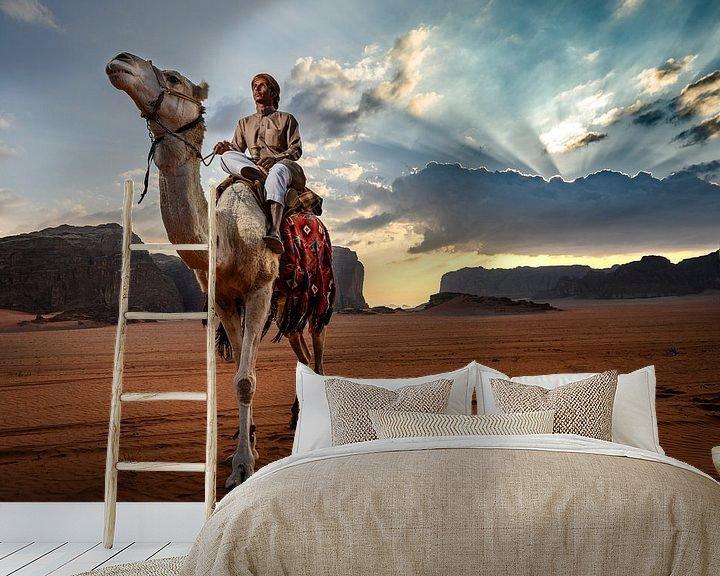 Sfeerimpressie behang: Kamelen hoeder Jordanië Wadi Rum van Paula Romein
