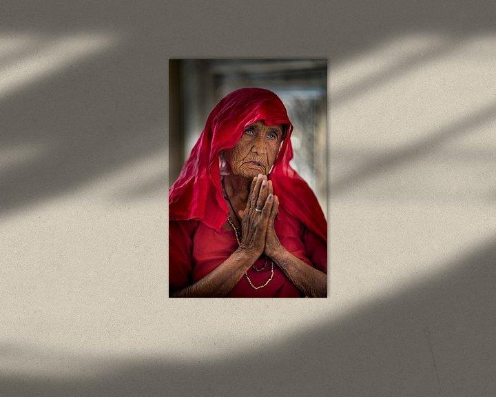Sfeerimpressie: vrouw bij rattentempel in Deshnok, India van Paula Romein