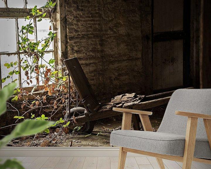 Sfeerimpressie behang: Oude Kruiwagen van Cristel Brouwer