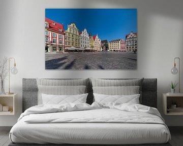 Blick auf den Krakauer Platz mit mittelalterlichen, bunten Häusern an einem sonnigen Tag. von Rita Phessas
