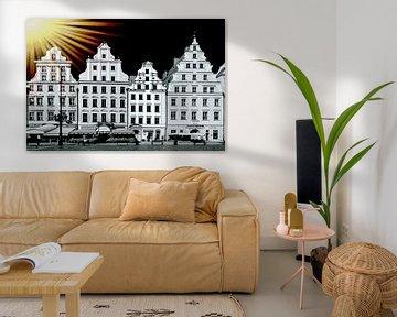 Surealistische Ansicht von vier mittelalterlichen Fassaden von Häusern in Krakau, die in Schwarz-Wei von Rita Phessas