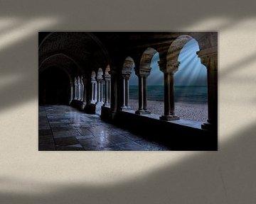 zicht op de abdij gang met zijn stenen pilaren en stenen glanzende vloer , met een doorkijk via de p