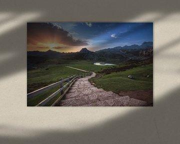 Asturië Zonsopgang bij de bergmeren van Covadonga van Jean Claude Castor