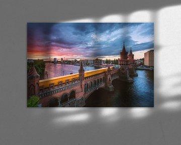 Berlijn Oberbaumbrücke bij zonsondergang met de metro van Jean Claude Castor
