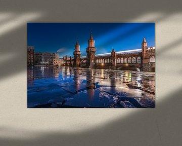 Berlijn Oberbaumbrücke bij het blauwe uur in de winter van Jean Claude Castor