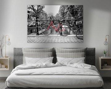 De rode fiets op de Oudegracht in Utrecht