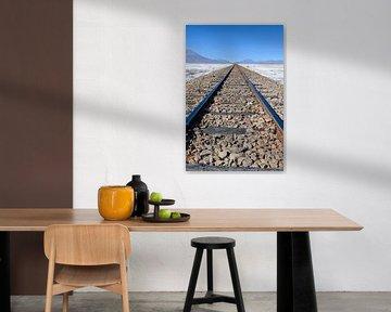 Spoorweg over de zoutvlakte in Uyuni, Bolivia van Ramon Van Gelder