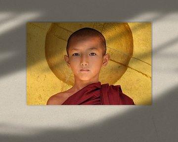 Monnik poseert voor gouden gong van Affect Fotografie