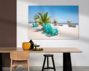 Witzand met uitzicht op zee op een paradijselijk strand resort op een onbewoond eiland van Michiel Ton
