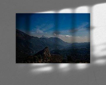 Uitzicht op prachtig gebergte en blauwe lucht in Spanje.