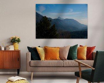 Sfeerbeeld van een mistig landschap met groene bergen en blauwe lucht in Spanje. van Edith van Aken