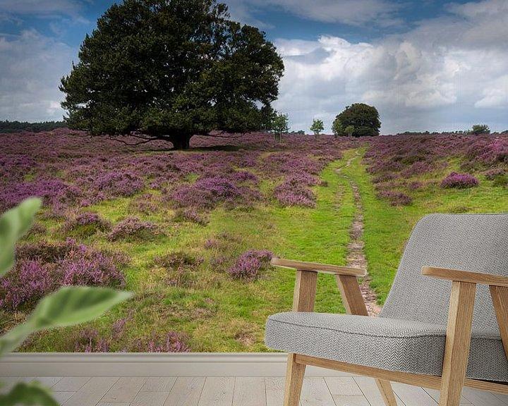 Sfeerimpressie behang: Eik op de bloeiende heide. van Rob Christiaans