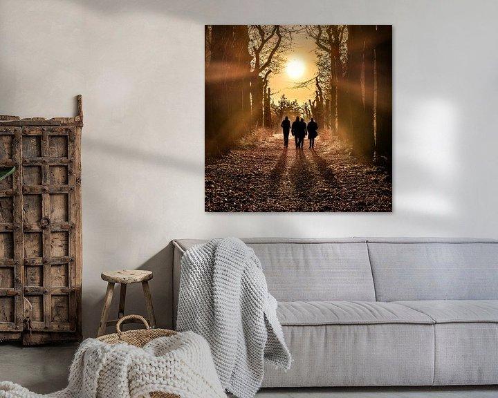 Sfeerimpressie: Wandelaars in het bos met de zon in het tegenlicht van Harrie Muis