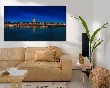 Panorama sombre de Deventer à l'heure bleue avec réflexion sur Bart Ros