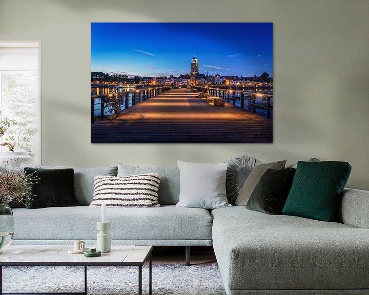 Sfeerimpressie: Iemand kijkt naar Deventer tijdens het blauwe uur aan de IJssel. van Bart Ros