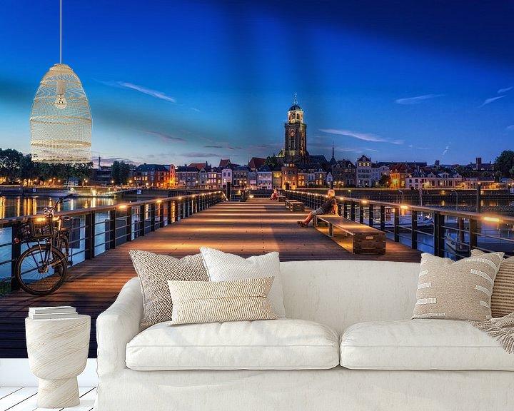 Sfeerimpressie behang: Iemand kijkt naar Deventer tijdens het blauwe uur aan de IJssel. van Bart Ros