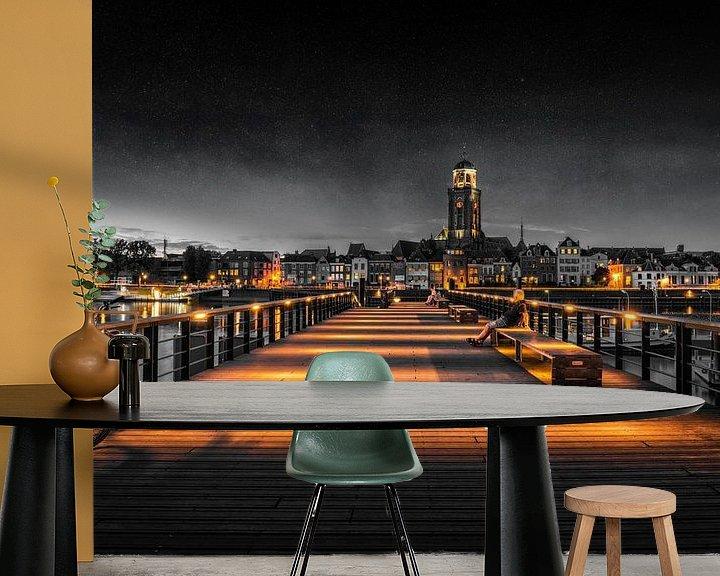 Sfeerimpressie behang: Iemand kijkt naar Deventer tijdens het blauwe uur aan de IJssel in zwart wit van Bart Ros