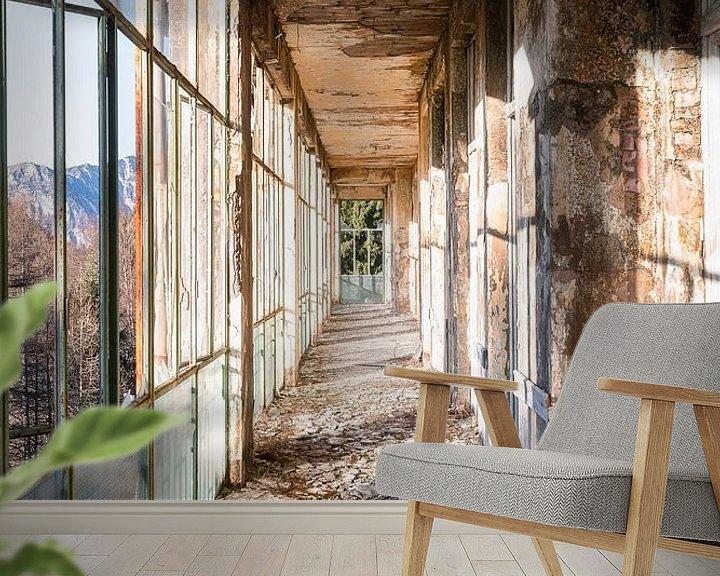 Sfeerimpressie behang: Verlaten Gang met Bergzicht. van Roman Robroek