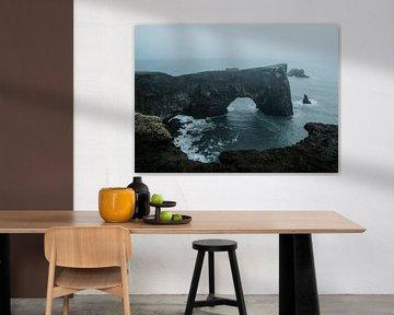 Arch in IJsland bij black sand beach van Thomas Kuipers