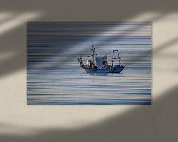 Typische vissersboot uit Andalucia met visser die zijn net binnenhaalt van Wout Kok