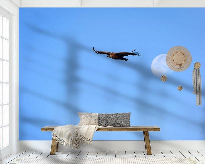 Sfeerimpressie behang: Vale gier vliegend voor de opkomende maan. van Wout Kok