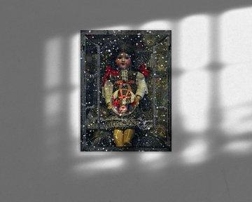 Fensterblick - Alte Puppe mit Glaskugel von Christine Nöhmeier
