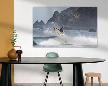 Surfer fliegen mit Klippenstrand von massimo pardini
