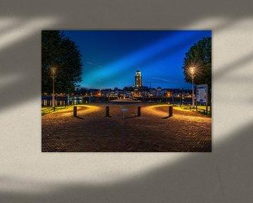 Stadsaanzicht van Deventer en de IJssel met verlichting. van Bart Ros