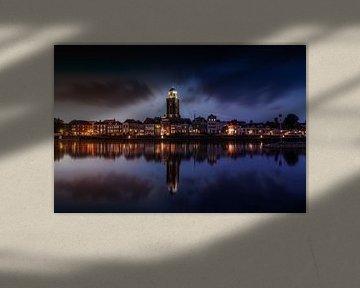 Donker Stadaanzicht van Deventer en de IJssel met reflectie van Bart Ros