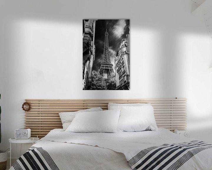 Sfeerimpressie: Eifeltoren Parijs vanuit steeg zwart wit net even anders van Martin Albers Photography