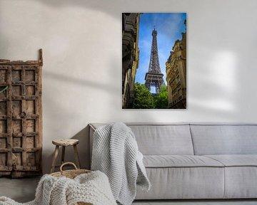 Eifeltoren Parijs vanuit steeg kleur