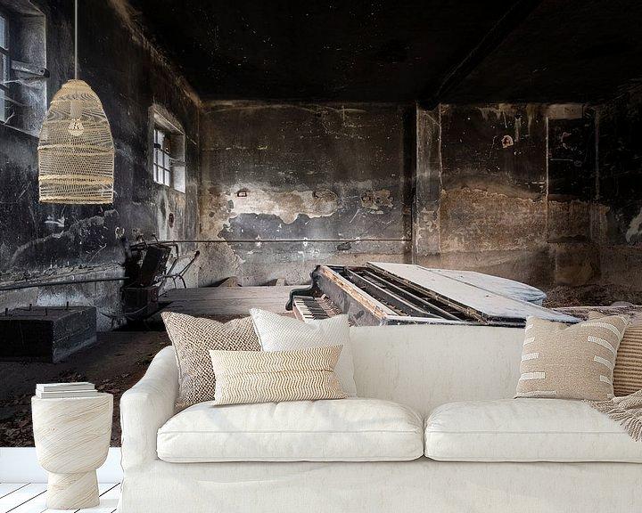 Sfeerimpressie behang: Donkere Verlaten Piano. van Roman Robroek