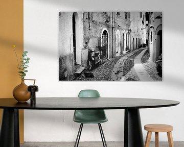 Roller in einer Straße in Italien in schwarz-weiß von iPics Photography