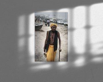 pelgrim  met stok bij Ganges India van Karel Ham