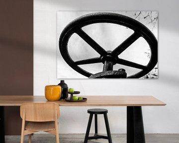 Rad eines Ventils in schwarz-weiß von Wim Stolwerk