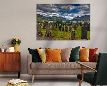 Begraafplaats met uitzicht op het meer in Schotland van Jürgen Wiesler
