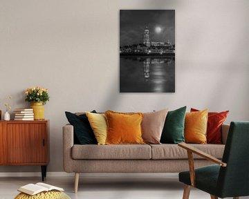 Beeld van Deventer toren en de IJssel met maneschijn. van Bart Ros