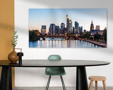 Skyline van Frankfurt am Main in de avonduren van Werner Dieterich