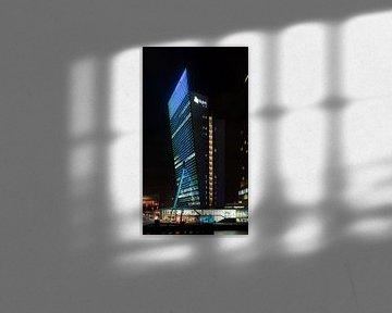 Bâtiment KPN sur la jetée Wilhelmina à Rotterdam Sud la nuit sur Rick Van der Poorten