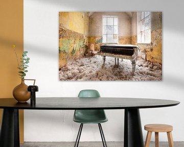 Verlassenes Klavier mit Wolle. von Roman Robroek
