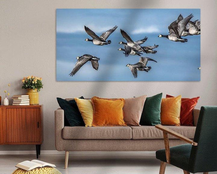Beispiel: Ein Flug der Nonnengänse und ein leicht bewölkter Himmel von Harrie Muis