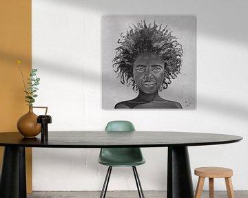Afro Girl, schwarz-weißes Bild eines afrikanischen Mädchens mit schöner Afro-Frisur von Bianca ter Riet