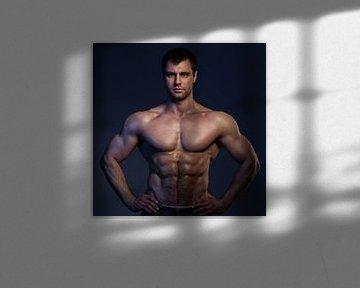 Le corps d'un beau bodybuilder sexy