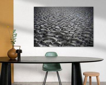 Amelander strand met grillige structuur van Marcia Kirkels