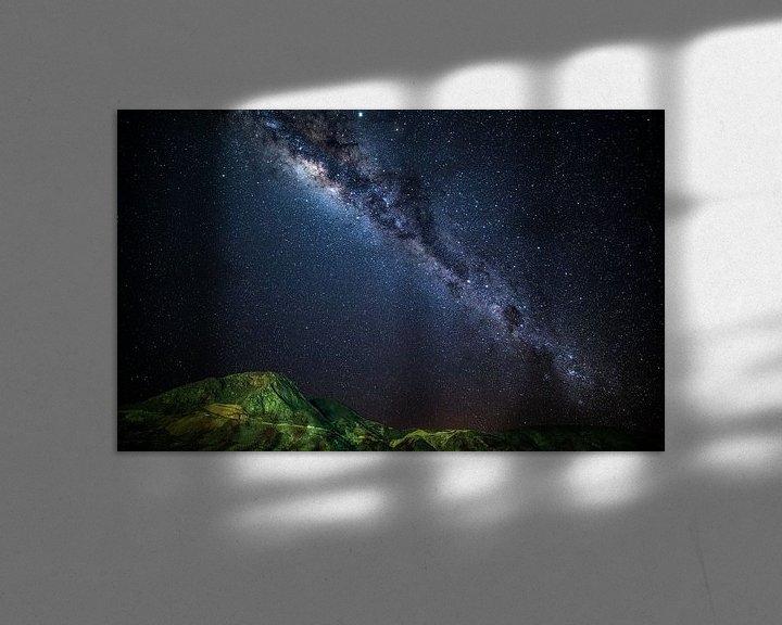 Sfeerimpressie: Melkweg over groene bergen van Lennart Verheuvel