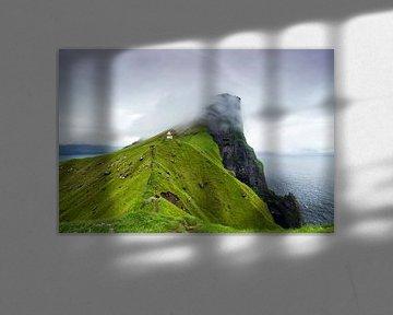 Vuurtoren in de wolken, Kallur, Kalsoy, Faeröer Eilanden van Sebastian Rollé - travel, nature & landscape photography