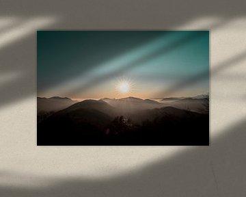 Zonsondergang in Zwitserland met mist, boven de wolken. van Moments by Kim