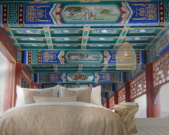 Sfeerimpressie behang: Lange Corridor Kunstwerken Koninklijke Parken Beijing Plafond van Ben Nijhoff