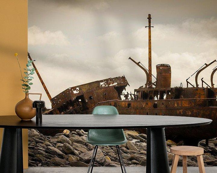Sfeerimpressie behang: Ierland - Galway - Inis Oirr - schipbreuk van Meleah Fotografie